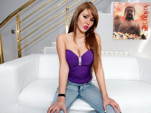 Horny Latina enjoys a huge Cock deep in her Mouth